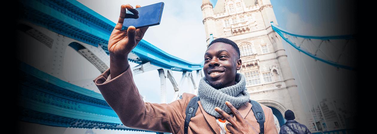 Homem tirando selfie com o celular durante viagem