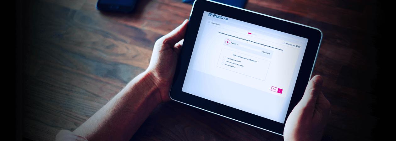 Tablet com app da English Live aberto