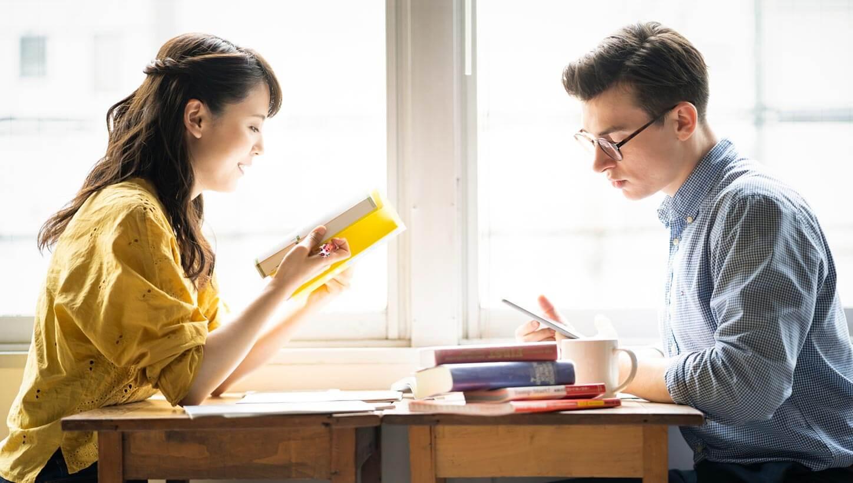 英語レベルアップのために勉強する外国人男性と日本人女性
