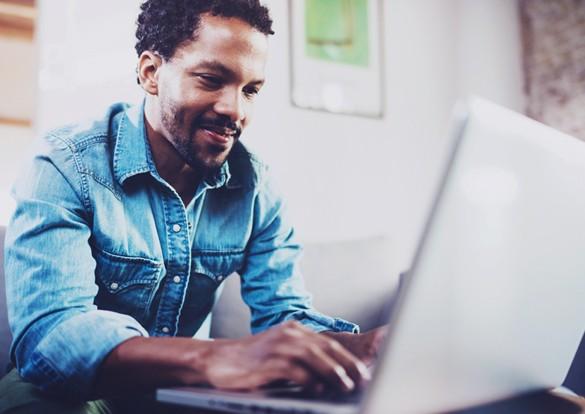 Homem estudando inglês no laptop