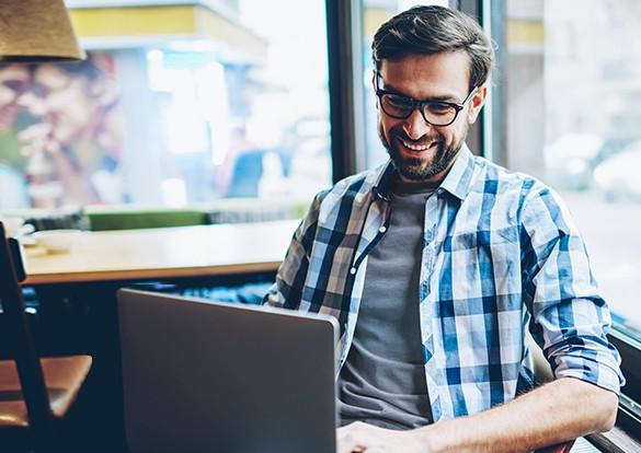 Homem conversando por chat de vídeo em laptop